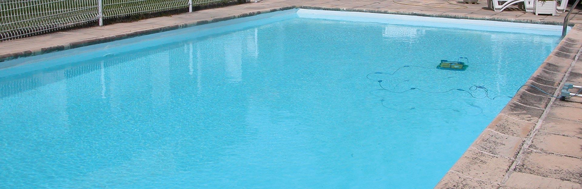 Pose de coques de piscines en polyester terrassement et for Pose piscine coque